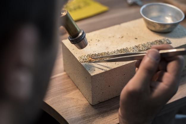Fabricante de joyas que hace joyas más finas y caras. Foto gratis