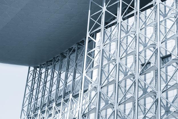 Fachada de un edificio con estructura de metal Descargar Fotos gratis