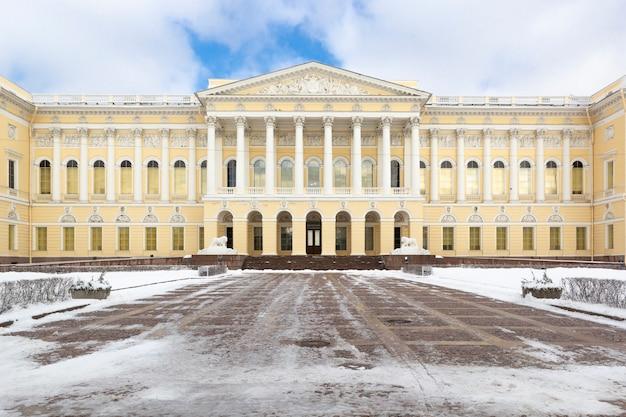 Fachada del edificio museo estatal ruso en la plaza de las artes en invierno, san petersburgo, rusia. Foto Premium