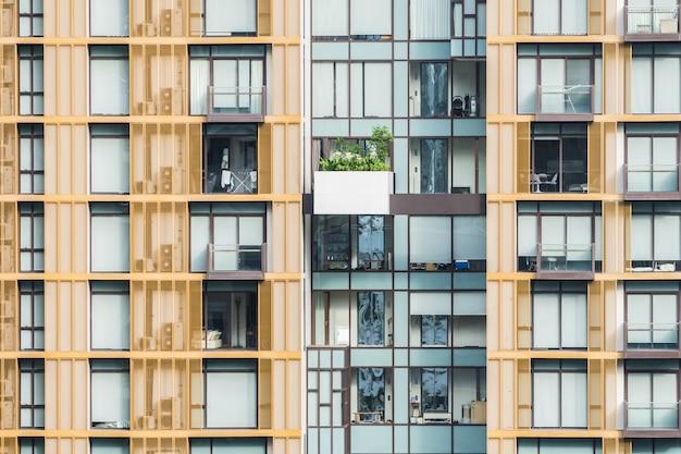 Fachada de edificios con balcones Foto gratis