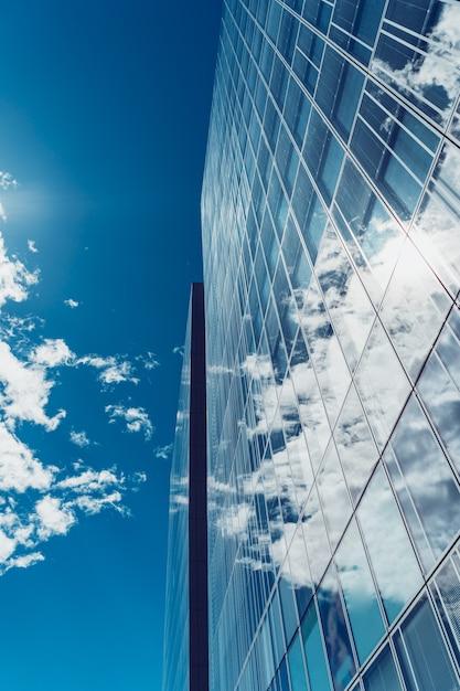 Fachada moderna del edificio de oficinas Foto gratis