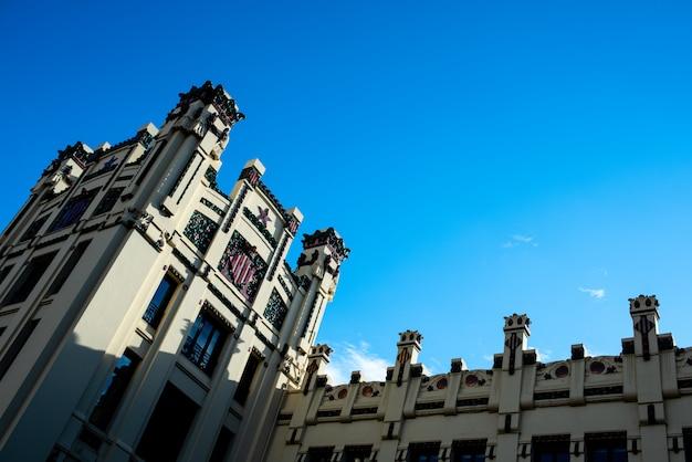 Fachada y torres de la estación de tren norte de valencia. Foto Premium