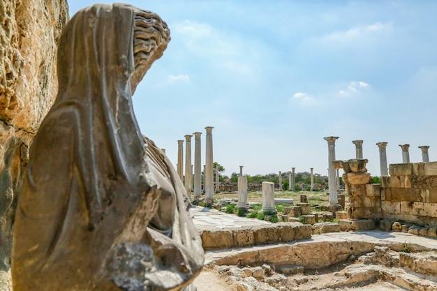 Famagusta, república turca del norte de chipre. columnas y esculturas en las ruinas de la antigua ciudad de salamina. Foto Premium