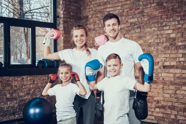 Familia alegre en el gimnasio en el equipo de boxeo. Foto Premium