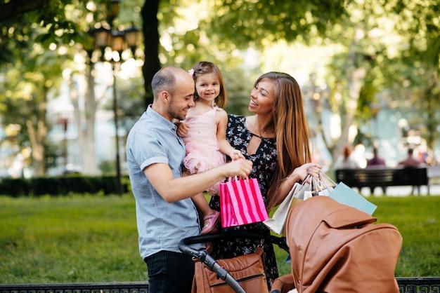 Familia con bolsa de compras en una ciudad. Foto gratis