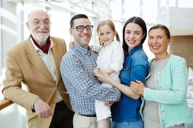 Familia cariñosa Foto gratis