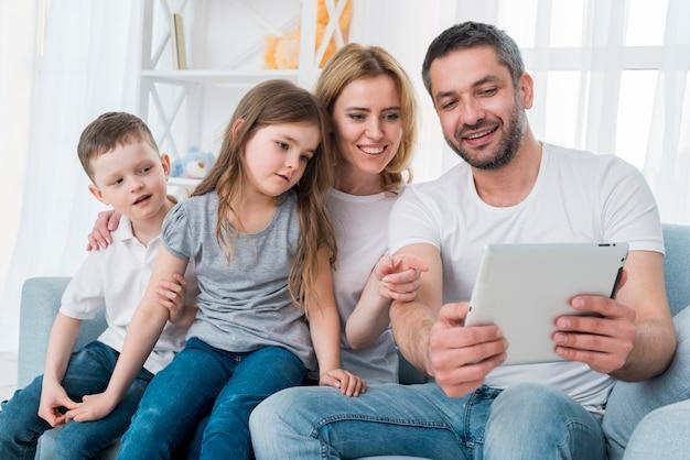 Familia en casa Foto gratis