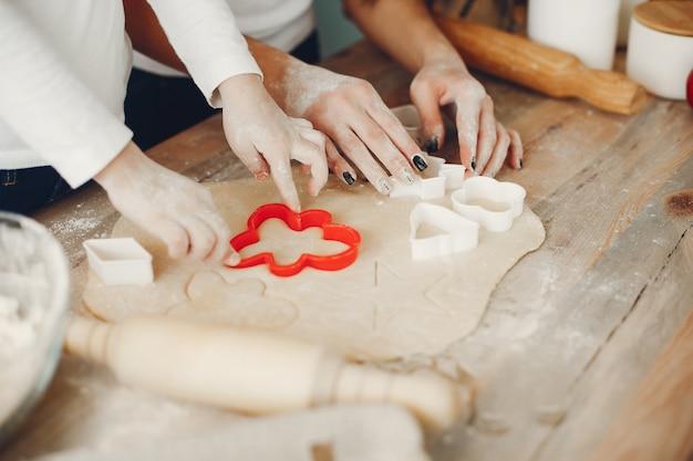 Familia cocinar la masa para galletas. Foto gratis