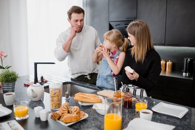 Familia comiendo bocadillos abiertos Foto gratis
