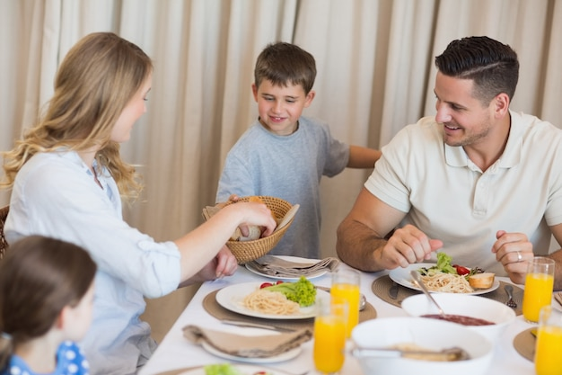 Familia comiendo el almuerzo en la mesa de comedor - El comedor de familia ...