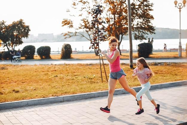 Familia deportiva en un parque de verano. Foto gratis