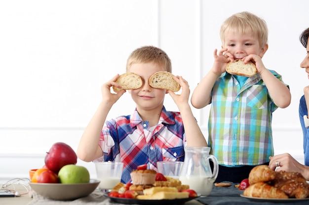 Familia durante el desayuno Foto gratis