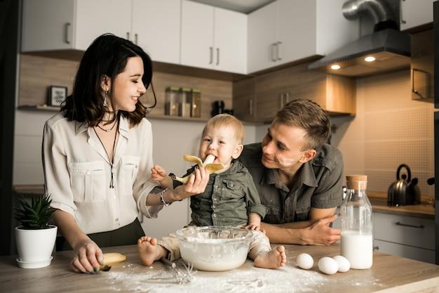 familia en la cocina descargar fotos gratis