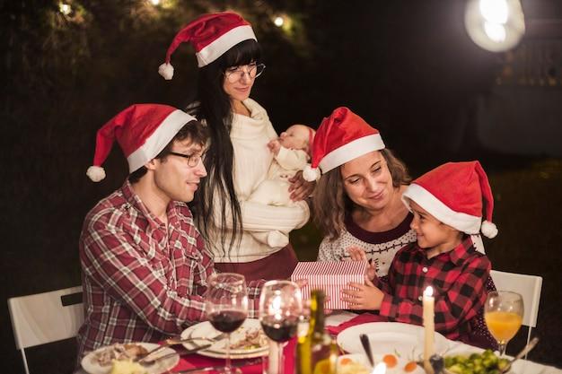 Familia feliz en la cena de navidad Foto gratis