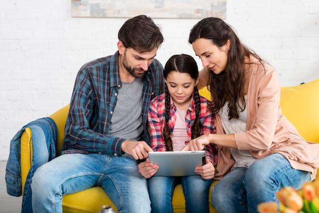 Familia feliz navegando en internet Foto Premium