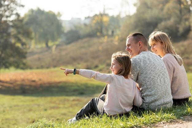Familia feliz relajante en la naturaleza Foto gratis