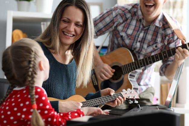 Familia feliz toca instrumentos musicales Foto Premium
