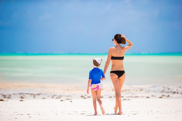 Familia feliz durante las vacaciones de verano en playa blanca Foto Premium
