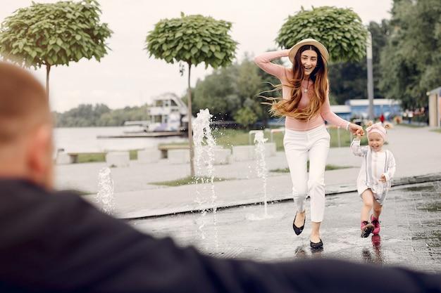 Familia con hija jugando en un parque Foto gratis
