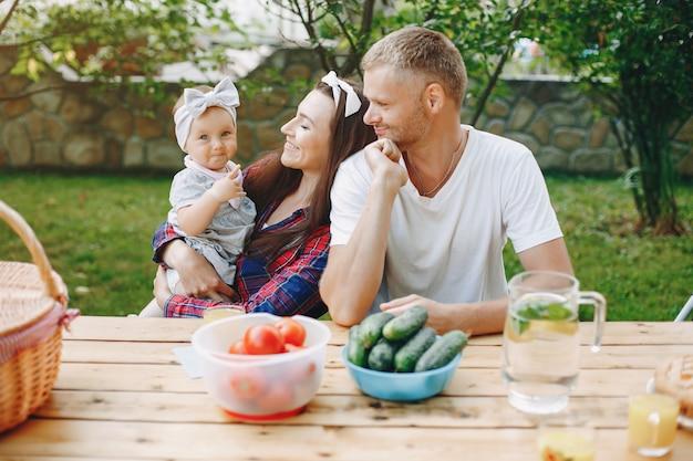 Familia con hija jugando en el patio Foto gratis