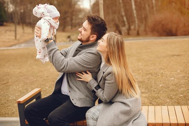 Familia con hija en un parque de otoño Foto gratis