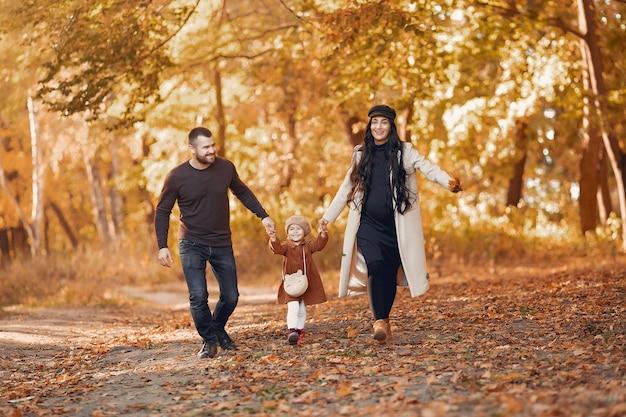 Familia con hija pequeña en un parque de otoño Foto gratis