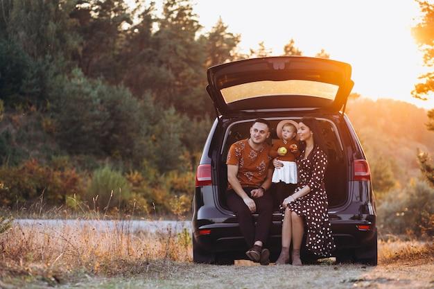 Familia con hija pequeña viajando en coche Foto gratis