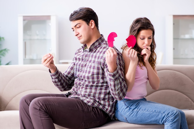 Familia joven en concepto de relación rota Foto Premium
