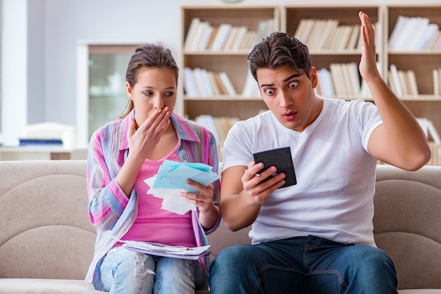 Familia joven discutiendo las finanzas familiares Foto Premium