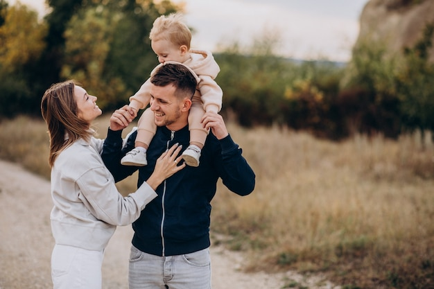 Familia joven con hijo pequeño en el parque Foto gratis
