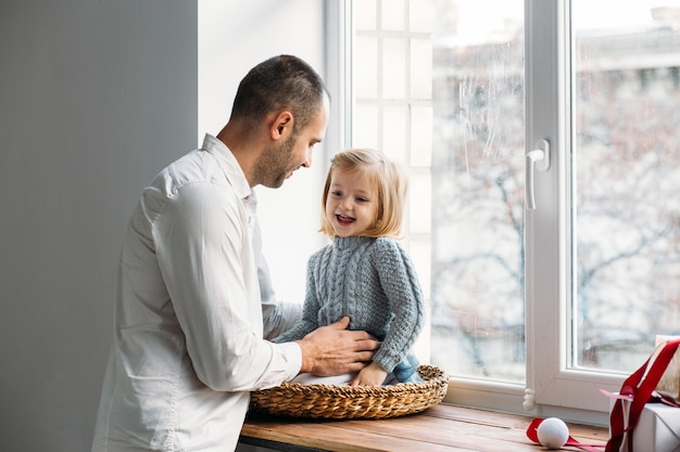 Familia jugando junto a la ventana. concepto de familia Foto Premium