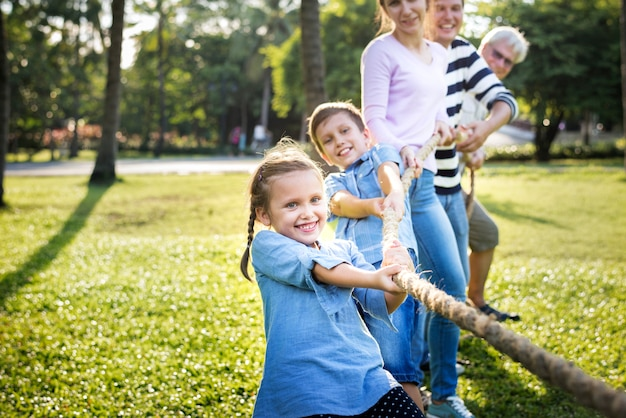 Familia jugando tira y afloja Foto Premium
