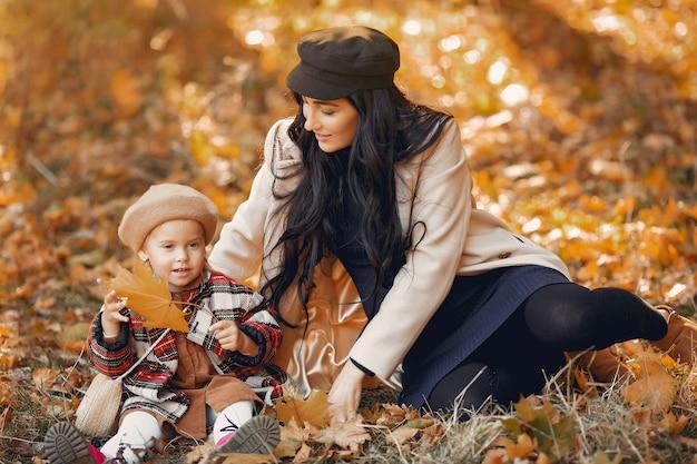 Familia linda y elegante en un parque de otoño Foto gratis