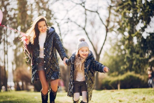Familia linda y elegante en un parque de primavera Foto gratis