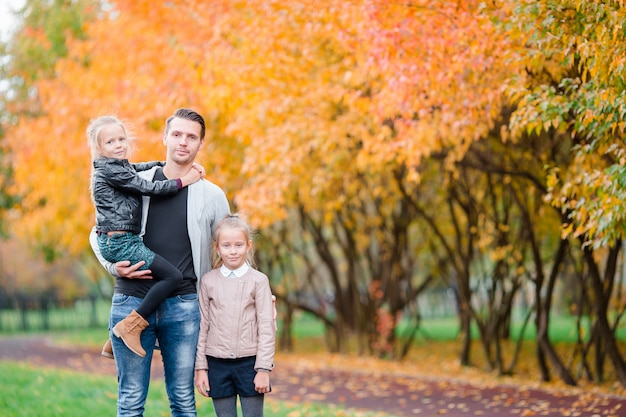 Familia de papá y niños en el hermoso día de otoño en el parque Foto Premium