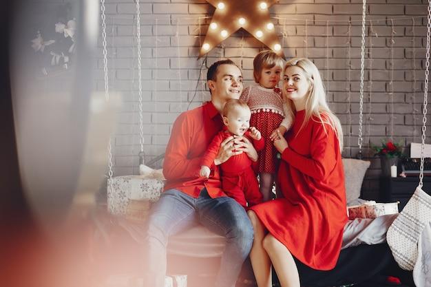 Familia sentada en su casa en una cama Foto gratis