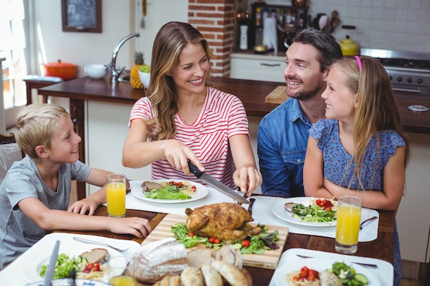 Familia sonriente celebrando el día de acción de gracias Foto Premium