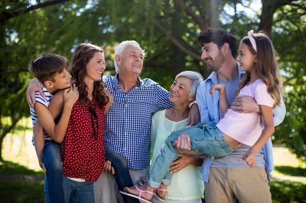 Familia sonriente posando juntos en el parque Foto Premium