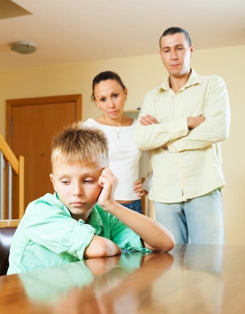 Familia de tres con adolescente teniendo conflicto Foto gratis