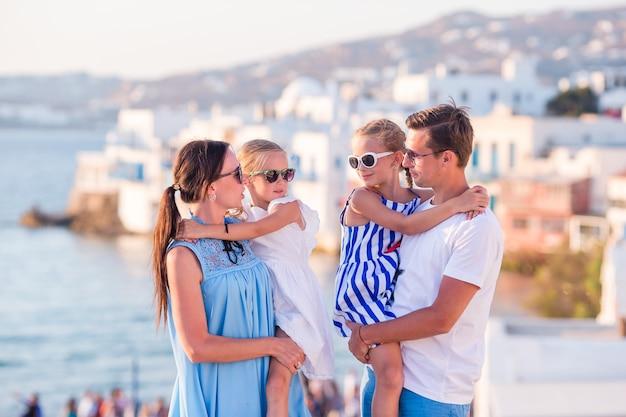 Familia de vacaciones en europa. Foto Premium