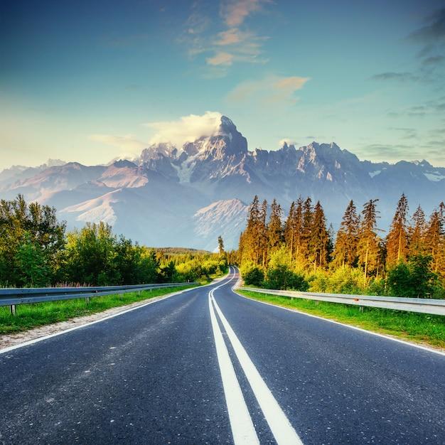 Fantásticas vistas de la carretera de asfalto en las montañas. Foto Premium