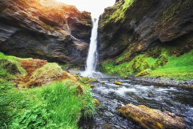 Fantástico paisaje de montañas y cascadas en islandia. Foto Premium