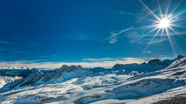 Fantástico paisaje nevado con una fuerte vista a la montaña y una brillante luz solar Foto Premium