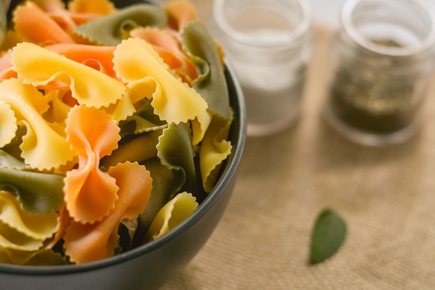 Farfalle tricolor alimento orgánico saludable. pasta italiana Foto Premium