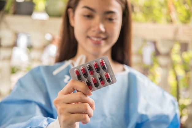 Farmacéutico de la mujer que sostiene la medicina de la prescripción de la orden del doctor Foto gratis