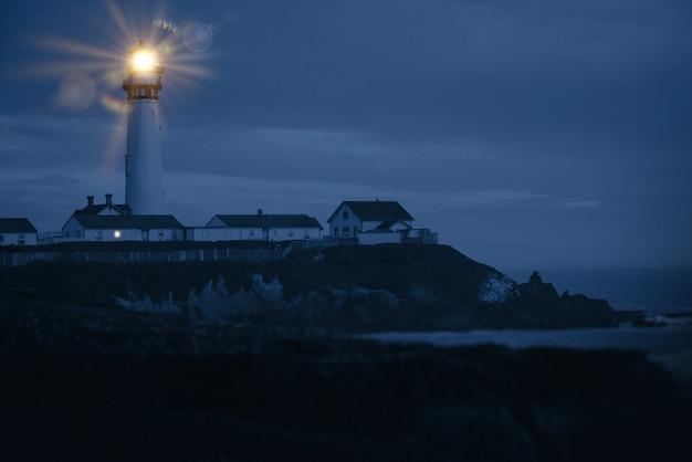 Faro de la costa del pacífico Foto gratis