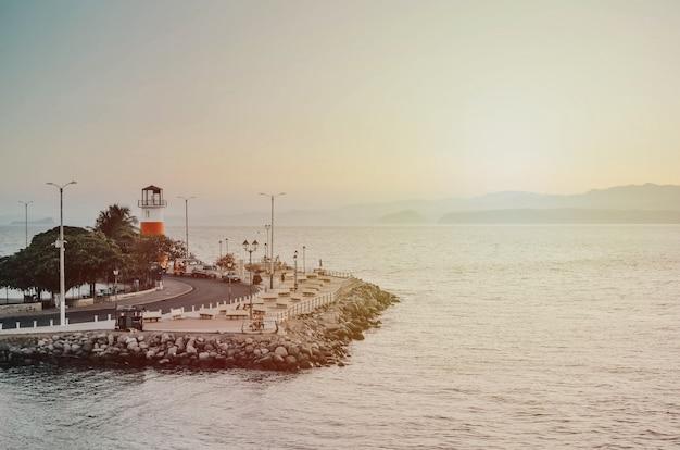 Faro y muelle con algunas rocas en puntarenas costa rica Foto Premium