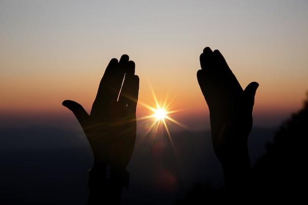 Fe del concepto cristiano: la oración espiritual entrega el brillo del sol. Foto gratis