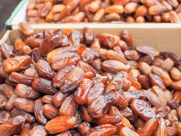 Fechas árabes frescas o fruta de palma datilera para la venta en el ...