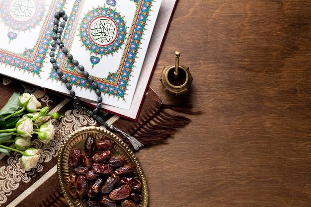 Fechas y elementos árabes. Foto gratis